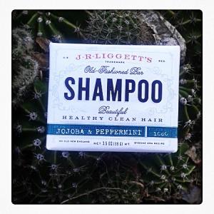 1 en STOCK $6.000. Champú en barra de Jojoba y menta hecho a mano, marca J.R Liggett's. No contiene aceites sintéticos, ni brebajes químicos, ni botellas de plástico, ni detergentes, este champú no despoja los aceites naturales de tu cabello, en cambio, lo acondiciona. Ideal para cabello con permanente, teñido y naturalmente rizado. Ingredientes: Saponified olive oil, coconut oil, castor oil, sunflower oil, and organic palm kernel oil, jojoba oil, almond oil. Fragrance, Peppermint Oil, libre de GMO.